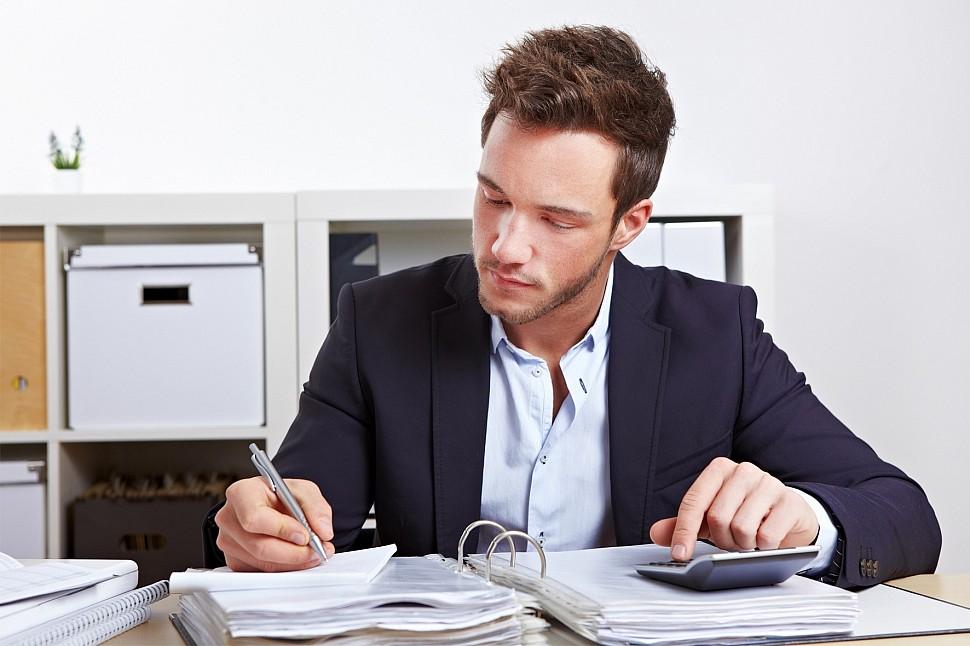 Мужчина работает в офисе