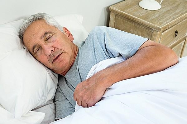 Пожилой человек спит